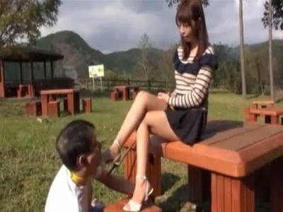 足のサイズが22.5cmの可愛いOLが野外でM男にヒールを舐めさせる