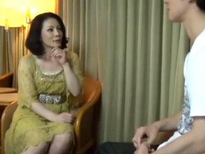 48歳のセレブ熟女をナンパしたら若い男を目の前にメスの顔になってきた