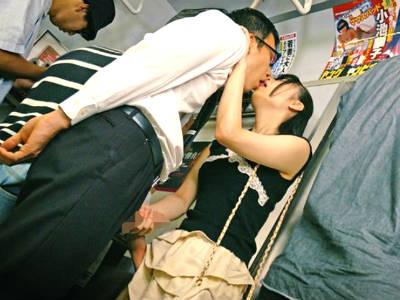 電車の中で目の前に立ってるおじさんに自分からキスして手コキするミニスカお姉さん 山川ゆな