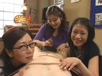 性欲モンスターの熟女が3人集まってM男を逆レイプして弄ぶ 翔田千里 友田真希 ささきふう香