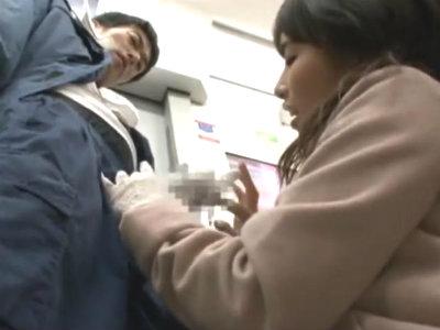 電車の中で逆痴漢して自分のしてたレースの手袋をチンポにかぶせて我慢汁が糸を引くまでいじる変態お姉さん