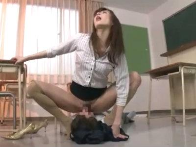 「クンニよ!クンニッ!」補習中の生徒に強制的にオマンコを舐めさせる変態女教師 神波多一花