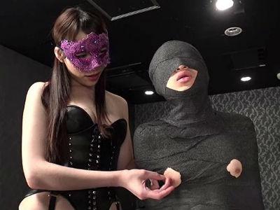 ミイラのようにぐるぐる巻に拘束され乳首とチンポだけを露出したM男を超絶痴女テクで責めるM性感風俗嬢 松島ナミ