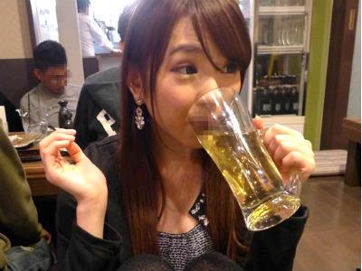 アルコールが入るとエロエロになるお姉さんが店の中なのに隣の男のチンポに手を伸ばす 川瀬麻衣