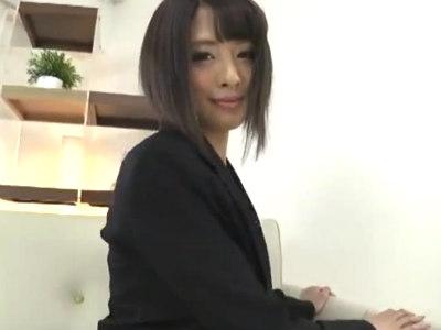 「もっとニオイ嗅ぎたい?」美人キャリアウーマンがパンスト美脚でM男を挑発 夏目優希