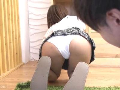 引越し先のマンションに住んでいるお姉さんがパンチラ誘惑してくる 神波多一花 川村まや