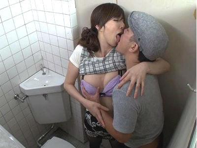 痴漢された興奮が忘れられずにまた同じ車両にノーパンパンストで乗って痴漢を誘い男子トイレで中出しセックスする人妻 澤村レイコ