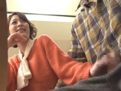 友達が集まって鍋パーティをしてる机の下で隣りに座った女友達が手コキしてくるからバレないように出しちゃった 司ミコト