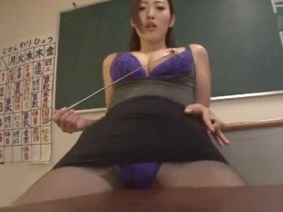 教室で角オナニーを見せつけるデカ尻タイトミニの淫乱巨乳教師 水野朝陽