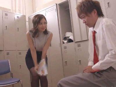 「じゃぁ…まずはキスからね」オナニーしてる男子生徒を見つけて誘惑筆おろしをしちゃうエッチな美人教師 岬ななみ