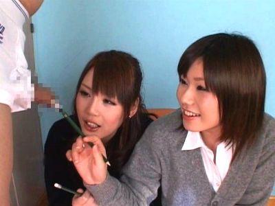 「海産物の匂いがする」jk2人が包茎チンポを触ったりムいたり真面目に観察してるCFNM動画