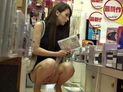 アダルトショップのAVコーナーに1人でいるミニスカお姉さんが客を誘惑して店内でセックス 大場ゆい
