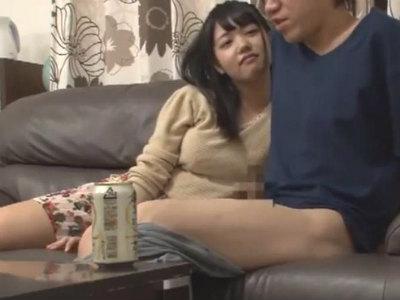 友達の家で宅飲みしてると友達の妹が乱入してきて酔ってメスの顔になってボクに迫って来た 白桃心奈