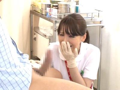 患者の手当をする時に見た若くてカチカチの勃起チンポから目が離せなくなってしまった美人熟女ナース 伊原詩織