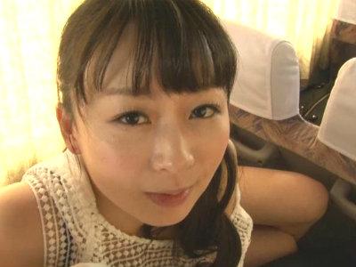 長距離バスの車内で他の客にバレないようにエロ過ぎる美熟女が発情した表情でチンポをイジる 羽月希