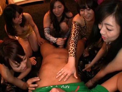 ミニスカボディコンで手コキパーティーを開催するお姉さんたち 黒木歩 横山みれい 真仲佐知 小池絵美子