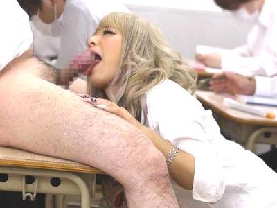 きっと教室でクラス中のチンポをおしゃぶりしてくれるヤリマンギャル 相葉レイカ