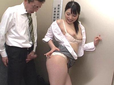 エレベーターでサラリーマンチンポを手コキからムチムチお尻に擦り付けて尻コキする痴女OL 上原亜衣