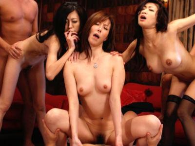 セックスレス人妻たちが旅行先で逆ナンパした男たちと乱れまくる乱交 小早川怜子 乃亜 澤村レイコ