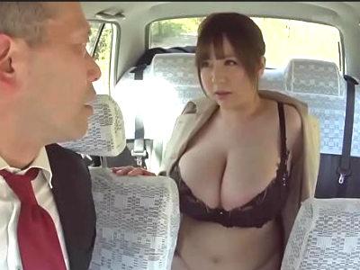 タクシーの運転手を爆乳で誘惑して人気のないところへ行き野外セックスするぽっちゃり淫乱お姉さん 新山らん