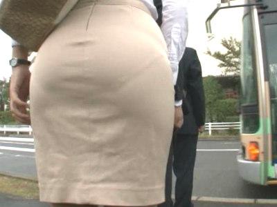 デカ尻タイトスカートに浮き出たパンティラインのOLがバスの中でサラリーマンを誘惑小早川怜子