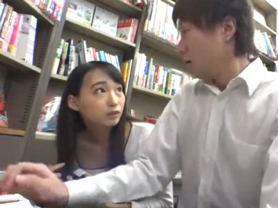 「パンツ見てたでしょ?」本屋で真面目な男子学生を誘惑して童貞狩りをするミニスカ巨尻人妻 蓮見クレア