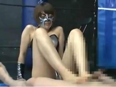 格闘女王がM男を太ももで圧迫しながら足コキしたり顔面騎乗をしながら足コキ! スージーQ