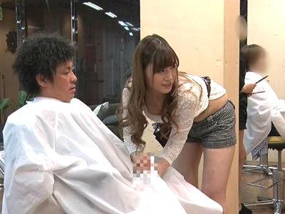 「カタくなってるんですか?♡」そばに他の客もいるのにカットの途中でベロチュー手コキしてくる淫乱美容師 舞島あかり