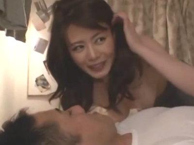 眼鏡を外すと底なしのエロスを秘めた変態美痴女に変身して男を求めるキレイな熟女 三浦恵理子