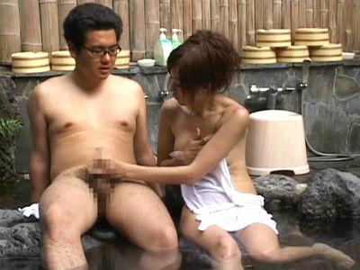 「なんしよっと?」混浴で他のお姉さんを見て勃起してしまった彼氏を手コキフェラする博多弁の彼女