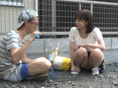 1人で遊んでる少年を家に連れ込んでイケナイ遊びを教えてイキまくる変態ショタコンお姉さん 篠田ゆう