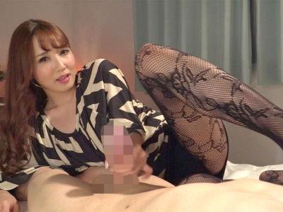 「私のパンストの匂い嗅いでオナニーしてたんでしょ?」淫語を囁かれスケベ柄のパンスト美脚でチンポを挟まれるM男 友田彩也香
