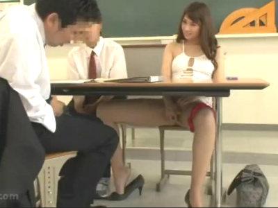 生徒の母親が3者面談にミニスカボディコンで来て男性教師にオマンコを開いて見せつける 大場ゆい