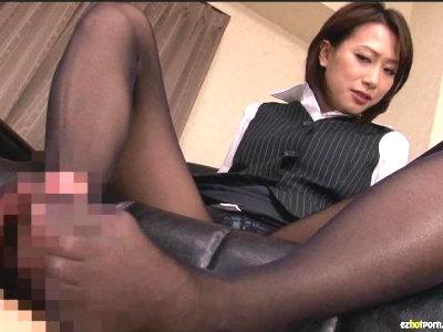 黒パンストの熟女OLに足コキされて射精してしまうフェチM男 柳田やよい