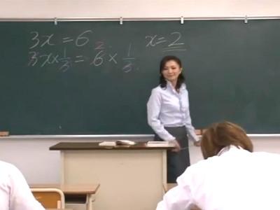 戸惑う男子生徒を誘いつつ若いチンポを貪り食らう淫乱な熟女教師 艶堂しほり