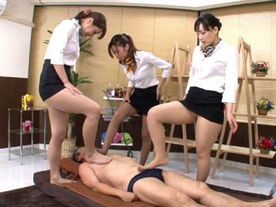 3人のエステティシャンにチンポを踏まれる足フェチM男のための美脚マッサージ