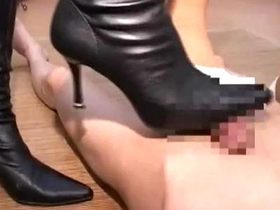 足フェチM男がお姉さんたちに一斉にチンポを踏まれるマニアック動画