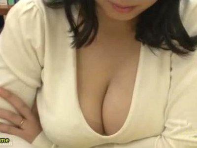 図書館で隣に座った爆乳人妻の胸チラにフルボッキしてしまったら誘われた