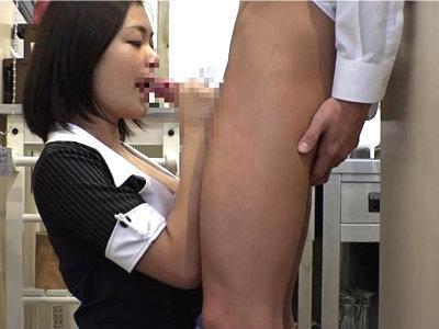 カフェのオーナーの奥さんが厨房で若いバイト君を誘惑して食べちゃう 鶴田かな