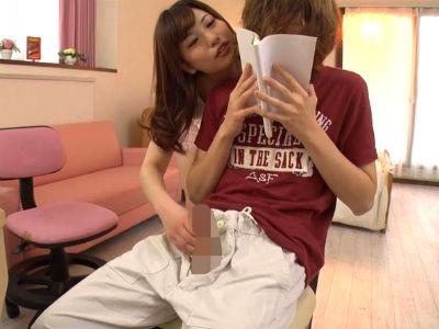 「チンポびんびん。ちんぽビンビン」父親の彼女に手コキされて弄ばれるボク 早川瑞希