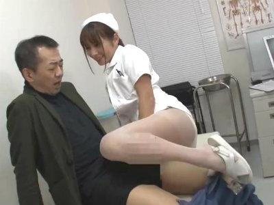 お見舞いに来た男を誰もいない診察室に連れ込んで誘惑フェラする淫乱ナース 花咲いあん