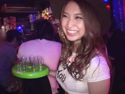 バーで働くギャルが勤務中なのに酔っ払って店内でセックス 琴音ありさ