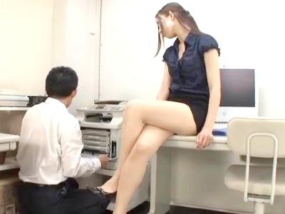 仕事中にチラチラ脚を見てる男性社員を美脚とハイヒールで誘惑して痴女責めする美尻脚フェチ動画 稲川なつめ
