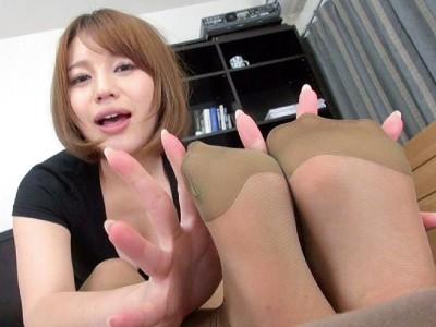 ホットパンツにパンストの彼女が美脚で彼氏のチンポを弄ぶ 本田莉子