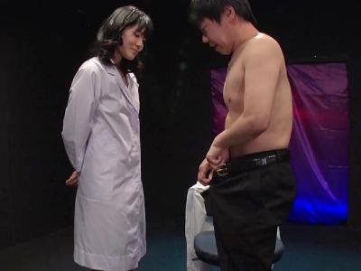 白衣の下はエッチなランジェリーの女医さんがいやらしい言葉とエロテクでM男を弄ぶ 神宮寺ナオ