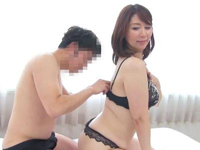 経験豊富でキレイな熟女が初体験の相手になったドーテー君 翔田千里