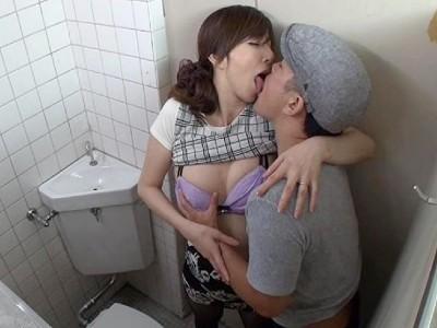 チカンされて感じた人妻が公衆トイレで自分から腰を振る澤村レイコ