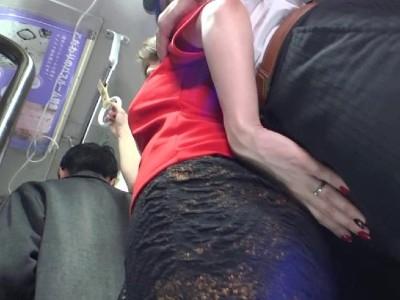 通勤バスの中で旦那と一緒にいるのにバレないように他の男を逆痴漢する淫乱人妻 北川エリカ