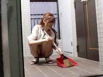 ノーブラノーパンで挑発してくるスケベ奥さんが隣に引っ越してきた! 夏希まろん