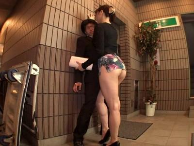 挟みたくなるなるすけべな太ももコキ ムチムチボディの5人の淫乱ミニスカ痴女!